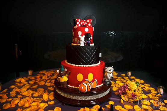 2-mickey-minnie-vinylmation-disney-wedding-cake-red-black-white-yellow