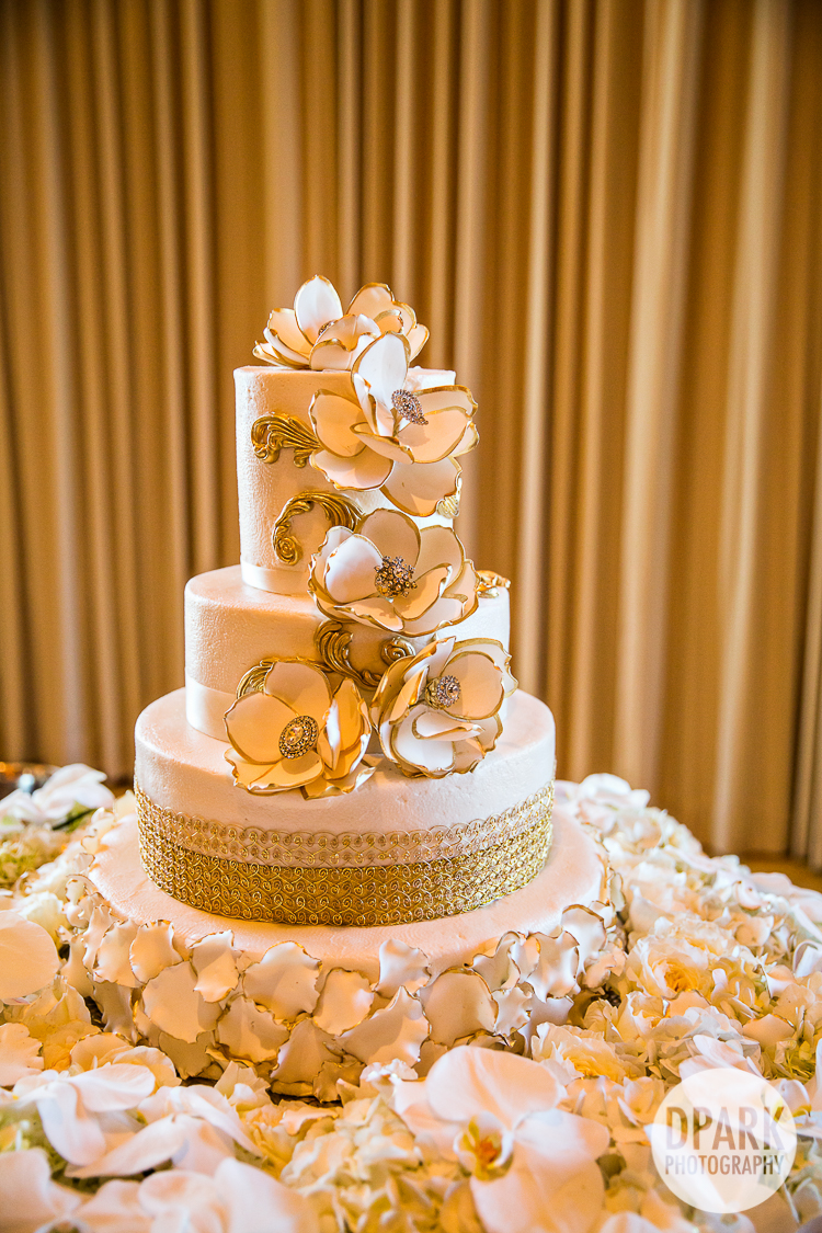 beautiful elegant white wedding cake