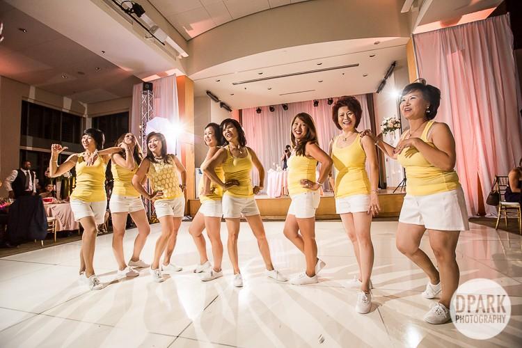 vietnamese-aunt-family-dance