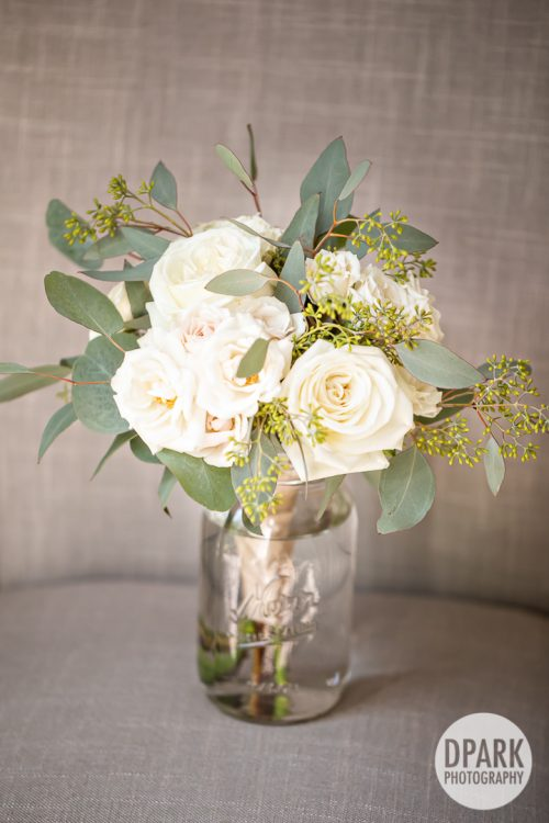 white-bridesmaids-bouquets
